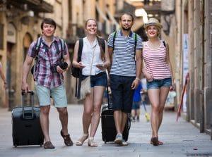 Vier Freunde sind glücklich weil Sie Geld verdienen im Urlaub